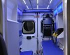 Fiat Ducato - ambulans, widok wnętrza przedziału medycznego z kabiny kierowcy.