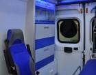 Fiat Ducato - ambulans, widok wnętrza przedziału medycznego, fotel obrotowy i szafki.